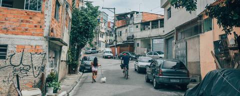 São Paulo, SP, Brasi, 15-03-2018: A prefeitura está em processo de regularização dos terrenos da maior favela da capital, Heliópolis. Os moradores, que na prática moram em terrenos invadidos, poderão ter a titularidade dos locais, comprando-os da Cohab. Os preços serão bem abaixo do mercado, mas a maior parcela dos moradores não está satisfeita com essa virtual saída da clandestinidade. Vamos até lá conversar com representantes de associações locais e entrevistar moradores. A ideia é que se façam não apenas fotos dos personagens, mas do local, suas vielas, suas construções irregulares e afins. (foto Gabriel Cabral/Folhapress)