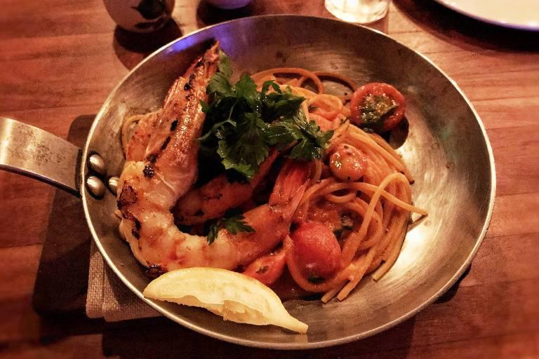 Espaguete com camarão-rosa e tomatinhos está no menu do novo restaurante Da Marino