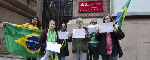 PORTO ALEGRE, RS, BRASIL, 12-09-2017, 15h30: Protesto contra o fechamento da mostra Queermuseu, em frente ao Santander Cultural de Porto Alegre.  (Foto: Anderson Astor/Folhapress, ILUSTRADA) ***EXCLUSIVO FOLHA****