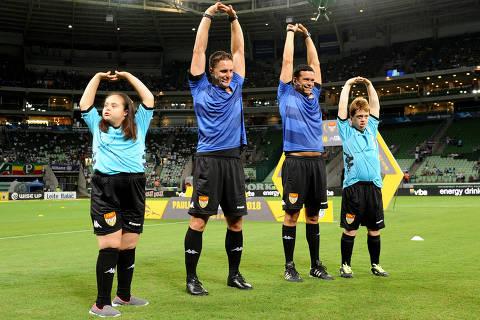 Crianças com Síndrome de Down entram em campo com árbitros no Paulistão