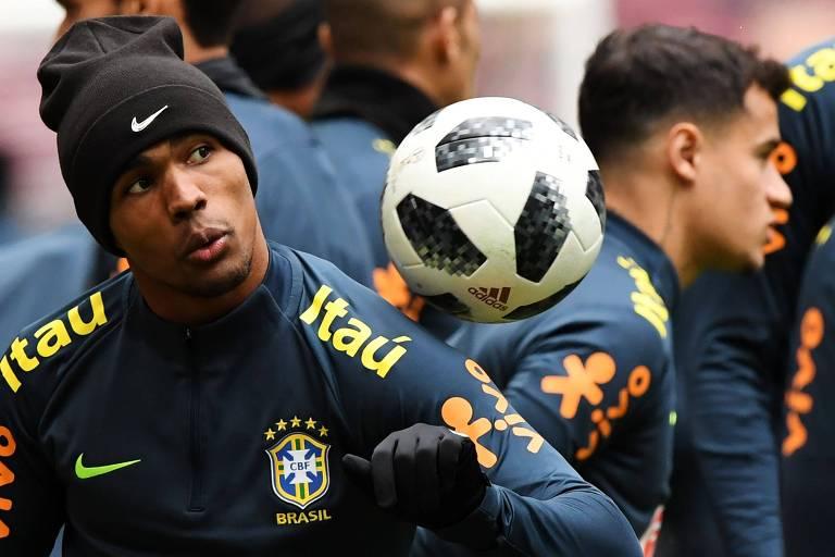 O atacante Douglas Costa (à esq.) e o meia Phillippe Coutinho durante treino da seleção brasileira em Moscou
