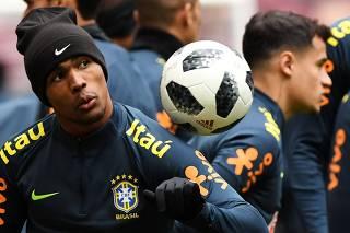 Sem Neymar, Titeaposta em Douglas Costa e testa Coutinho centralizado