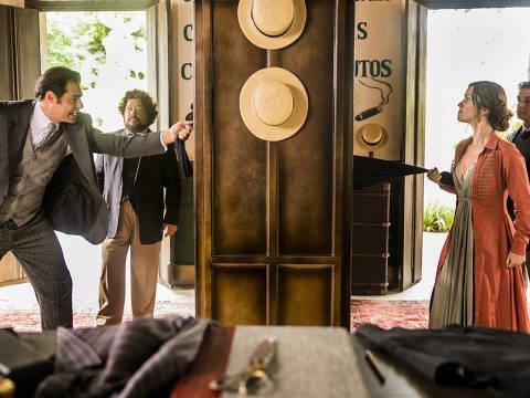 Elisabeta (Nathalia Dill) e Darcy (Thiago Lacerda) escolhem a mesma e única calça para o baile. DIREITOS RESERVADOS. NÃO PUBLICAR SEM AUTORIZAÇÃO DO DETENTOR DOS DIREITOS AUTORAIS E DE IMAGEM