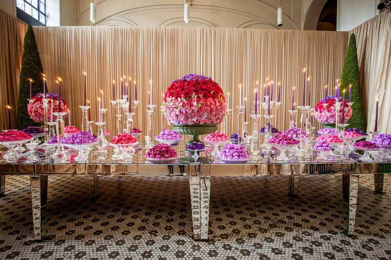 Luzes cenográficas, flores raras e até cipó estão em alta na decoração