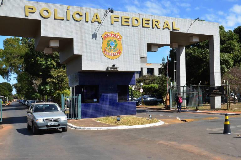 Carro deixando sede da Policia Federal em Brasilia