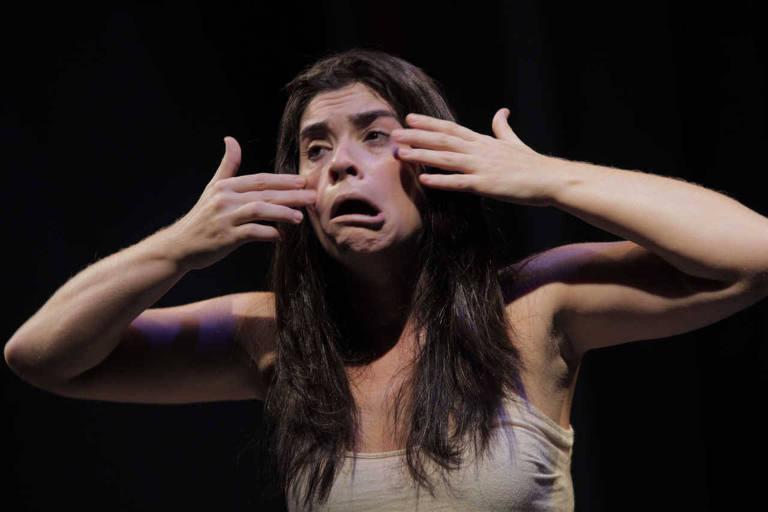 "Atriz e dramaturga Fani Feldman no monólogo ""Como Todos os Atos Humano"", da Cia. Sopro"