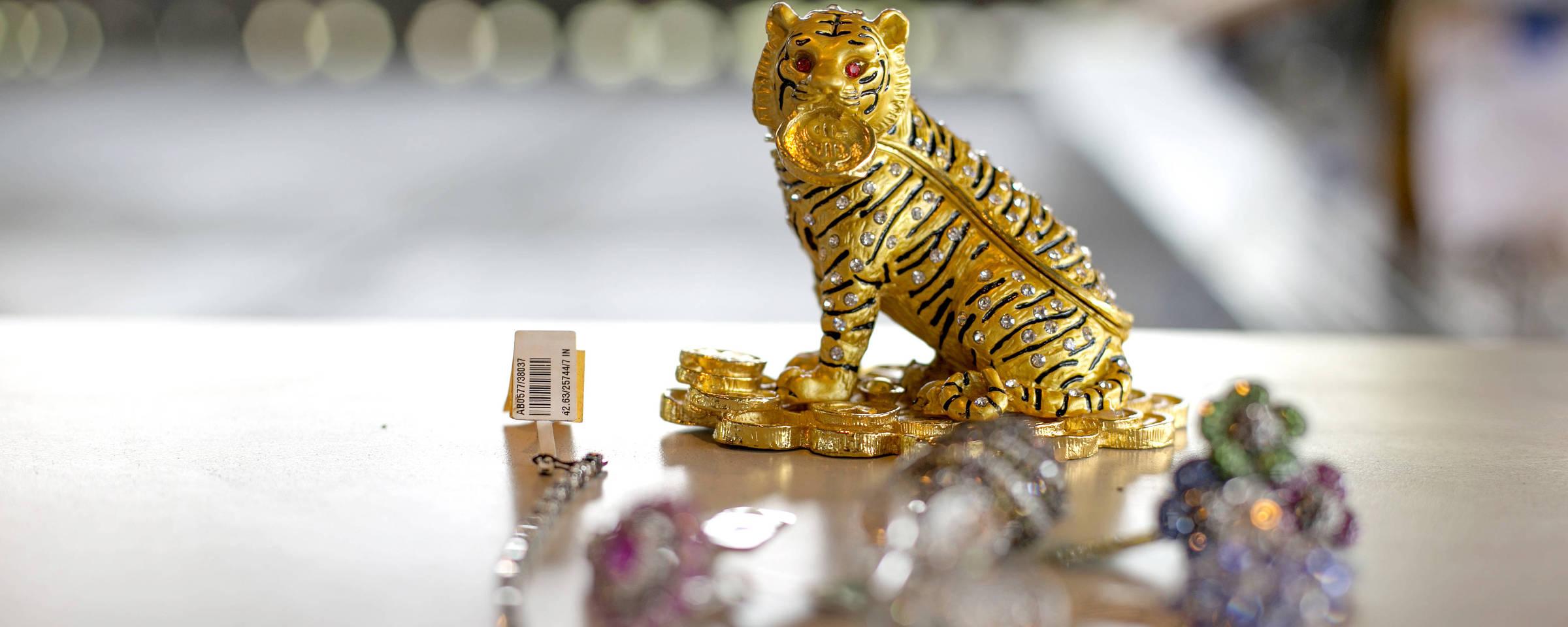 fdee0554e2091 Tigre de brilhantes e outras jóias apreendidas pela Receita, que foram a  leilão no Galeão
