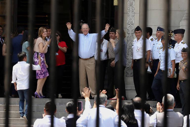 O agora ex-presidente peruano Pedro Pablo Kuczynski cumprimenta seu estafe no Palácio de Governo, em Lima, na quinta (22)