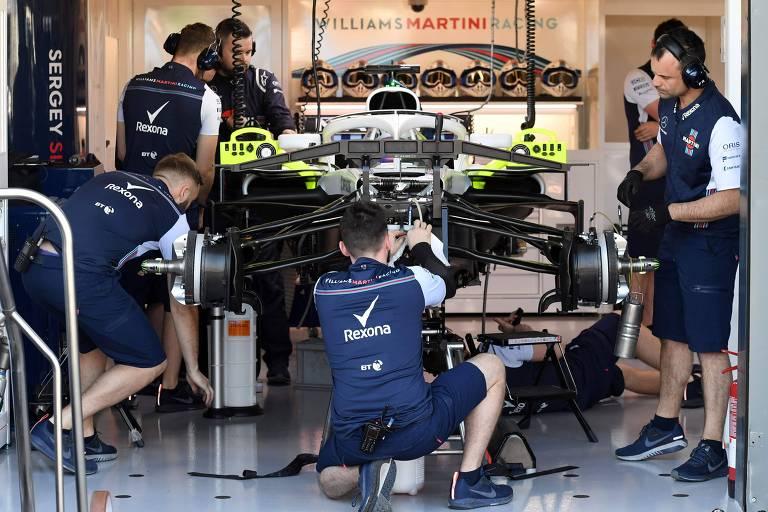 Mecânicos fazem os últimos ajustes em carro da equipe Williams, a última de Felipe Massa na F-1
