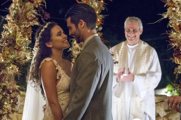 """Anderson Tomazini e Giovana Cordeiro gravam as cenas do casamento de Xodó e Cleo, seus personagens em """"O Outro Lado do Paraíso"""" (Globo)"""