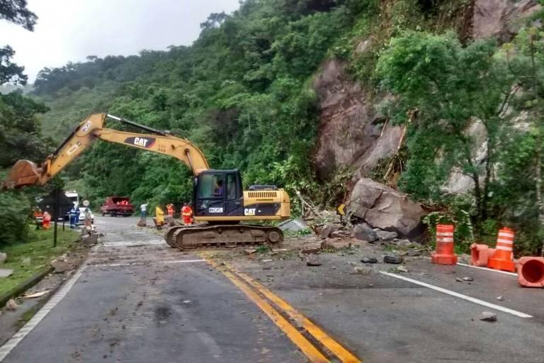 Equipes do DER realizam remoção na Mogi-Bertioga após deslizamento de barreira