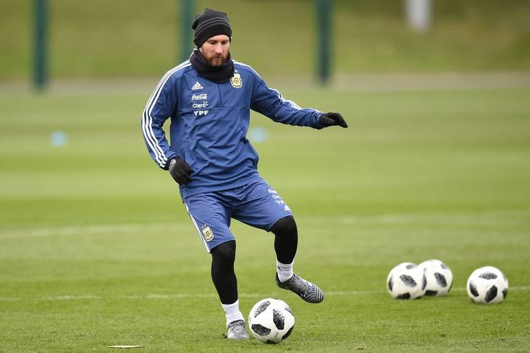 Lionel Messi em treinamento da Argentina para o jogo contra a Itália, em Manchester