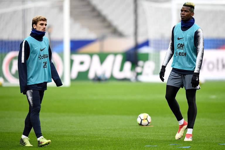 Antoine Griezmann (esq) e Paul Pogba se preparam para enfrentar a Colômbia