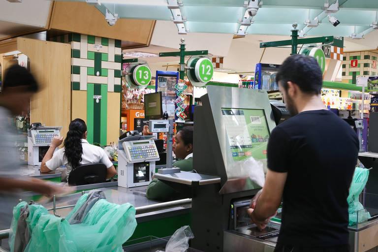 Cliente faz compras em supermercado; Anvisa quer alerta em rótulos de alimentos que contenham sódio, açúcar ou gorduras em excesso