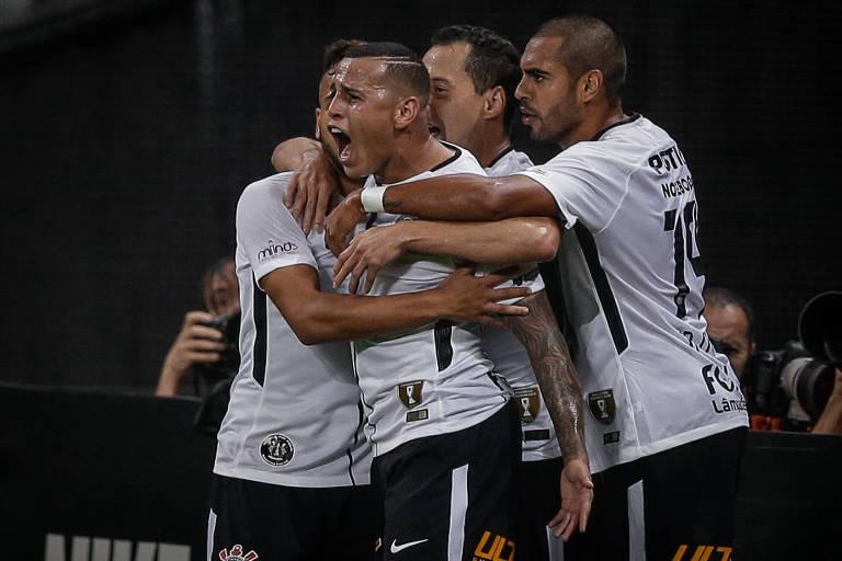 Sidcley comemora com outros jogadores do Corinthians o primeiro gol na vitória por 2 a 0 sobre o Bragantino, no Itaquerão