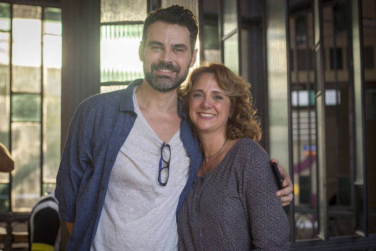 Carmo Dalla Vecchia e Letícia Isnard posam durante intervalo das gravações de 'Malhação: Vidas Brasileiras' (Globo)