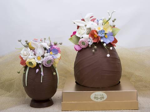 Decorados com flores e coelhinhos de açúcar são ovos preparados pela Pati Piva (R$ 319;  1,05 kg e R$ 439; 2 kg)