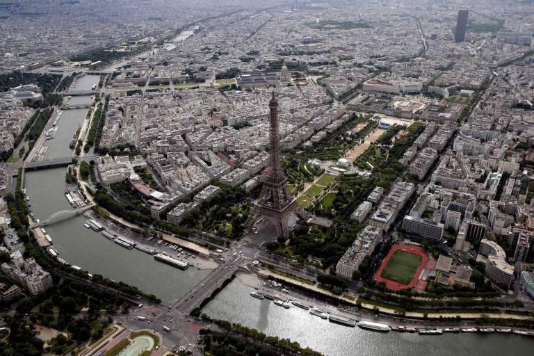 Rio Sena, ao lado da Torre Eiffel, que deverá receber competições aquáticas em 2024