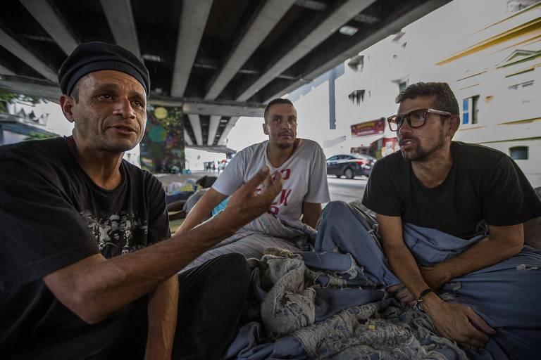 Warlly, 40, Nelson, 37, e Julio Cesar, 42, moradores de rua que dormem no centro de São Paulo e se queixam de dores
