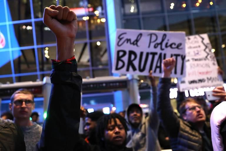 Manifestantes do grupo Black Lives Matter levantam o punho durante protesto contra a morte de Stephon Clark, 22, baleado 20 vezes por policiais em Sacramento, na Califórnia