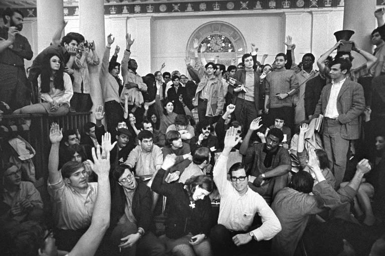 Alunos da Universidade Columbia levantam as mãos em votação na greve de 1968 para a saída dos brancos do Hamilton Hall para que os estudantes negros fizessem um protesto à parte