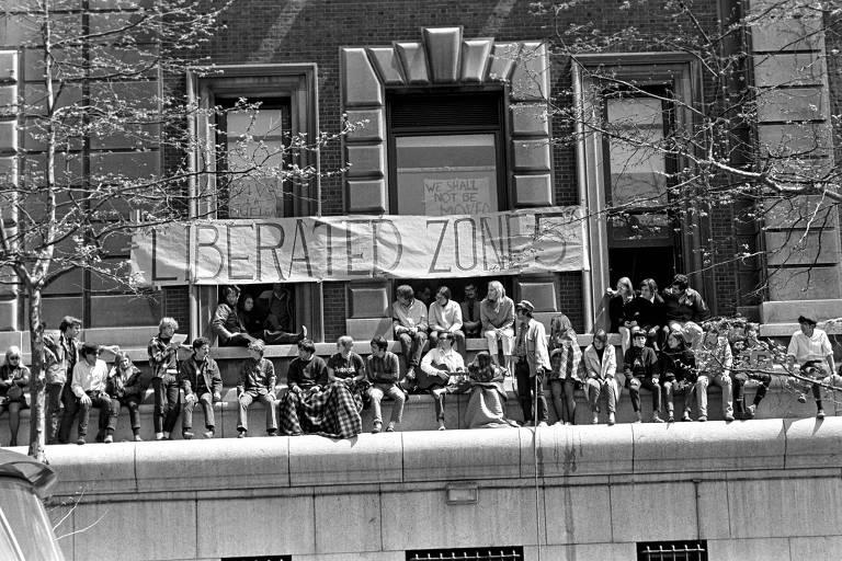 Alunos ficam sentados do lado da portaria do prédio de matemática, um dos cinco ocupados na Universidade Columbia durante a greve de 1968