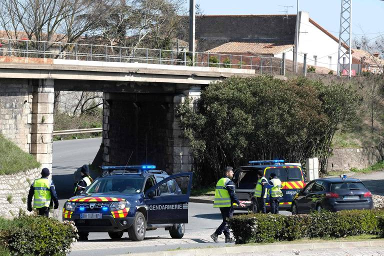 Policiais bloqueiam o acesso ao local onde ocorreu o ataque, na cidade de Trèbes