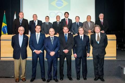 Presidente do COB, Paulo Wanderley (centro), posa ao lado do novo vice, Marco La Porta, e dos integrantes do Conselho de Administração e de Ética, eleitos nesta sexta (23)