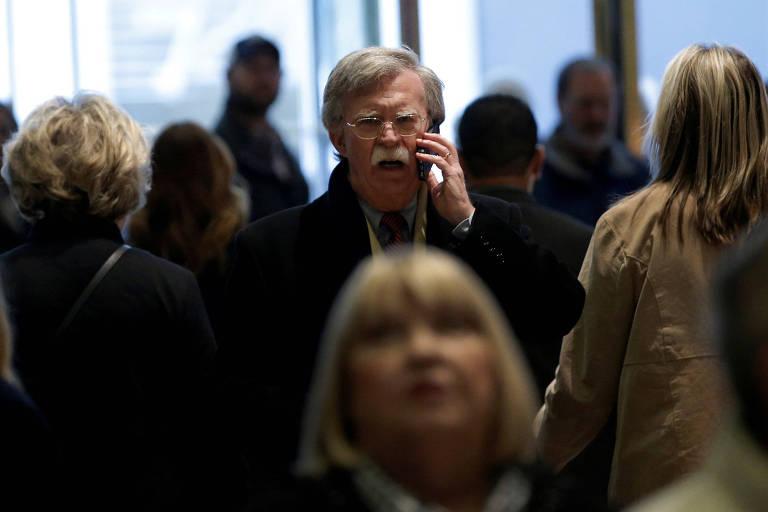 John Bolton (centro), na entrada da Trump Tower, em Nova York; ele foi escolhido pelo presidente para ser o novo assessor de segurança nacional