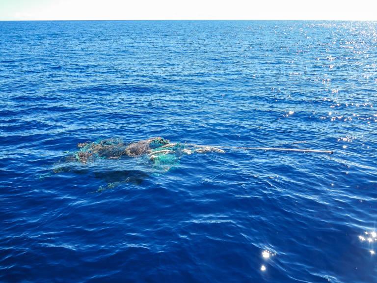 Lixo plástico é encontrado no oceano; há toda sorte de material: brinquedos, capacetes, restos de construção e redes de pesca, por exemplo