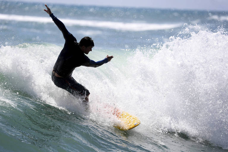 Surfista disputa competição de ondas gigantes na praia de South Inlet Park, em Boca Raton (EUA)