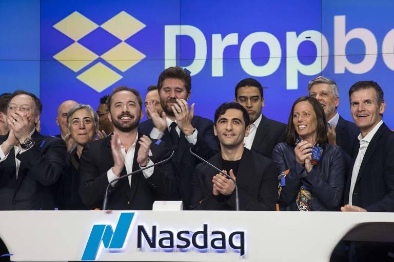 O presidente do Dropbox, Drew Houston, e o cofundador Arash Ferdowsi batem palmas para comemorar a abertura de capital da empresa, em março deste ano.