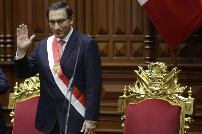 O novo presidente do Peru, Martín Vizcarra, acena depois de ser empossado pelo Congresso, na sexta (23)