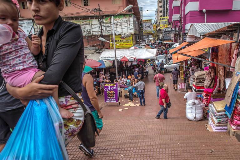 Comércio de Ciudad del Este, no Paraguai, na fronteira no Brasil