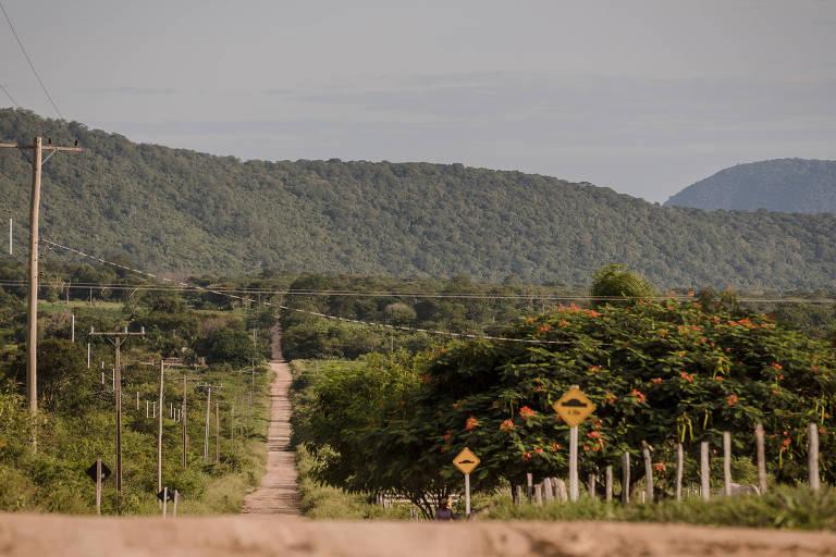 Estrada vicinal na fronteira com a Bolívia, em Corumbá (MS); vias servem de rota para o crime (Avener Prado - 10.fev.2015/Folhapress)