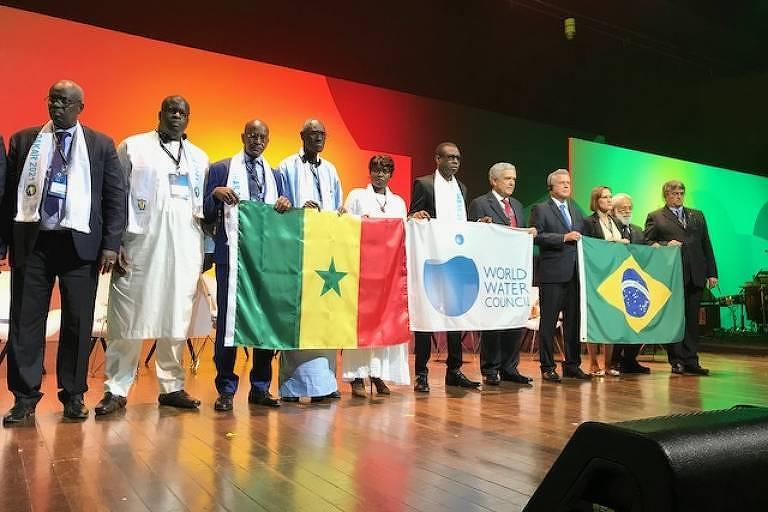Delegação senegalesa, onde será o próximo Fórum, durante a cerimônia de encerramento, ao lado de representantes brasileiros