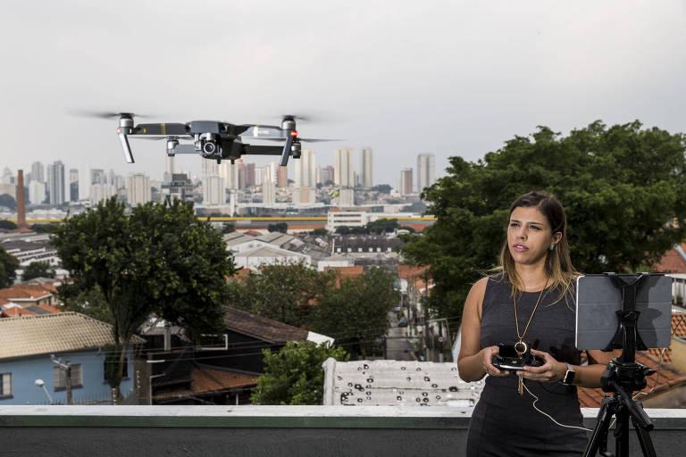 No telhado da casa que serve como escritório da Futuriste, escola de drones, a empresária Raquel Molina pilota um desses objetos