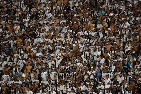 Supporters of Brazilian Santos cheer their team during the 2018 Copa Libertadores football match against Uruguay's Nacional held at Pacaembu stadium, in Sao Paulo, Brazil, on March 15, 2018. / AFP PHOTO / NELSON ALMEIDA ORG XMIT: NAL011