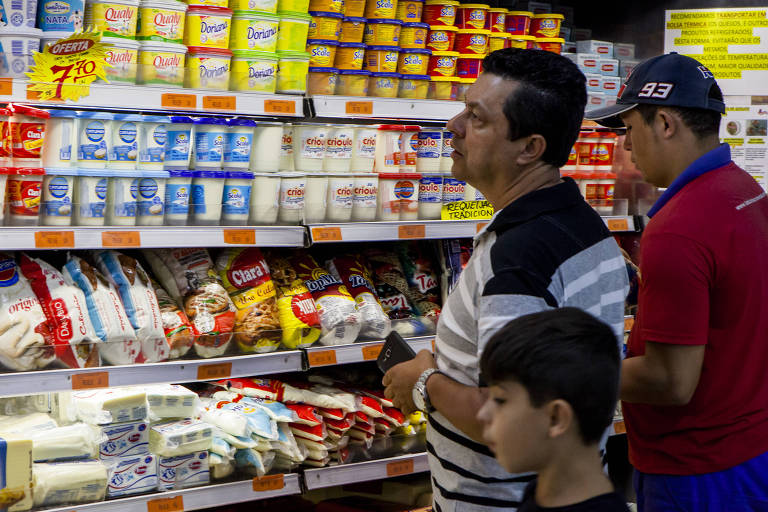 Clientes fazem compras em supermercado de São Paulo