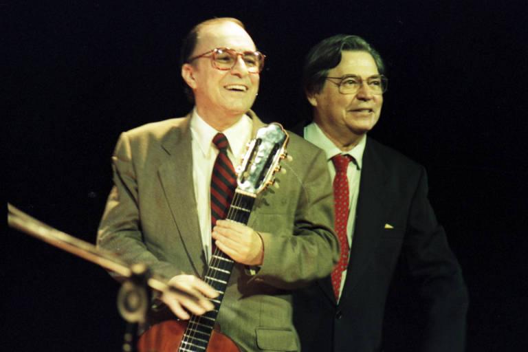 O cantor e compositor brasileiro João Gilberto (à esq.) durante show ao lado de Tom Jobim, no Rio de Janeiro