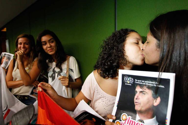 Manifestantes do União da Juventude Socialista dão beijo gay em protesto contra Bolsonaro
