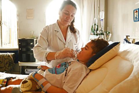 SÃO PAULO / SÃO PAULO / BRASIL -13 /07/17 - :00h -  Há cem dias, o garotinho Gianlucca Trevellin, 5, aguarda que o Ministério da Saúde cumpra uma decisão judicial que obriga o governo a repassar a ele uma medicação vital, que evita o avanço dos efeitos da Atrofia Muscular Espinhal, uma doença rara. A consequência da falta do remédio é que o risonho menino está perdendo o movimento do rosto, que o permite sorrir. A enfermeira Edna e o garoto Gianlucca.   ( Foto: Karime Xavier / Folhapress) . ***EXCLUSIVO***COTIDIANO