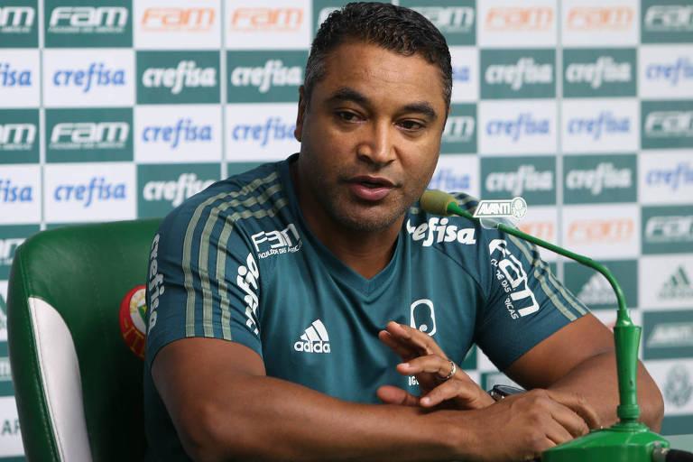O técnico Roger Machado, do Palmeiras, durante entrevista no CT do clube