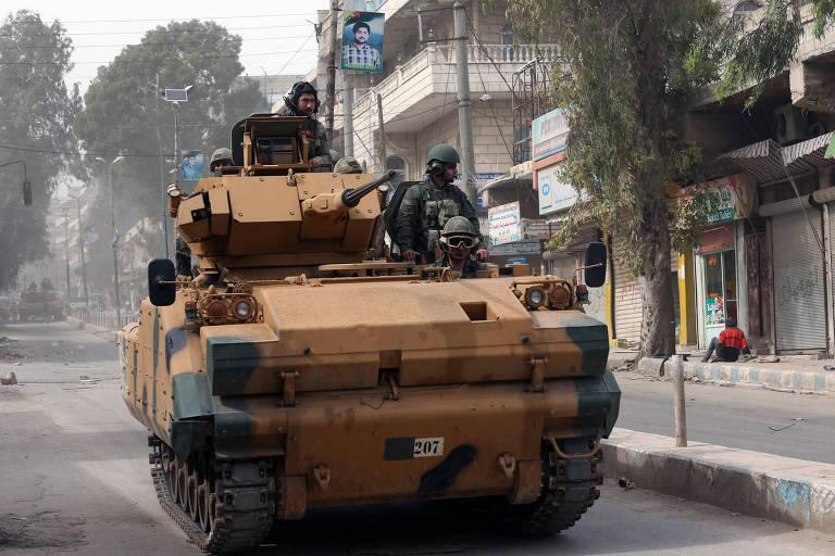 Blindado turco avança em uma rua de Afrin, no noroeste da Síria