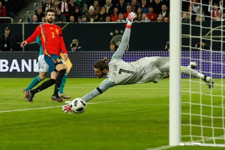 Goleiro espanhol De Gea testou a bola em jogo contra a Alemanha
