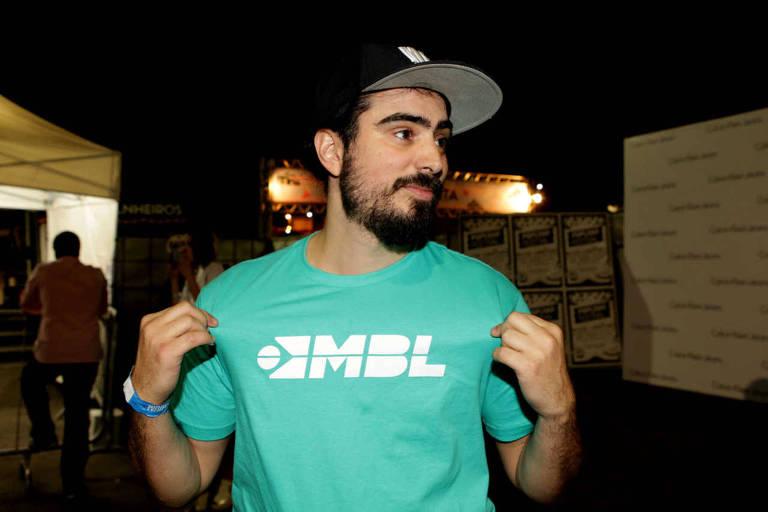 """O músico Pedro D'Eyrot, um dos fundadores do MBL, mostra camiseta com a inscrição """"MBL"""""""