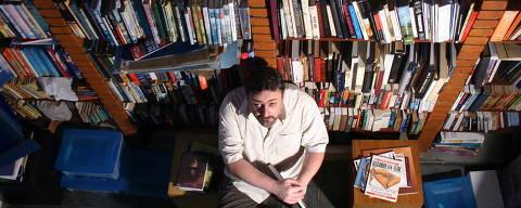 Revista - Meu dono e Eu. Escritor Ricardo Bonalume em sua casa na  Vila Madalena. Sao Paulo, 11.04.2005. Foto: Maria do Carmo / Folha Imagem. - (Snapfoto)