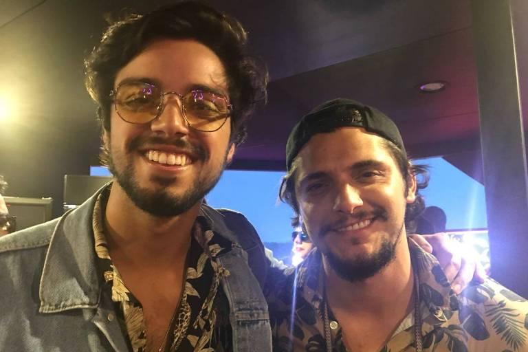 Os irmãos Rodrigo Simas e Bruno Gissoni no Lollapalooza