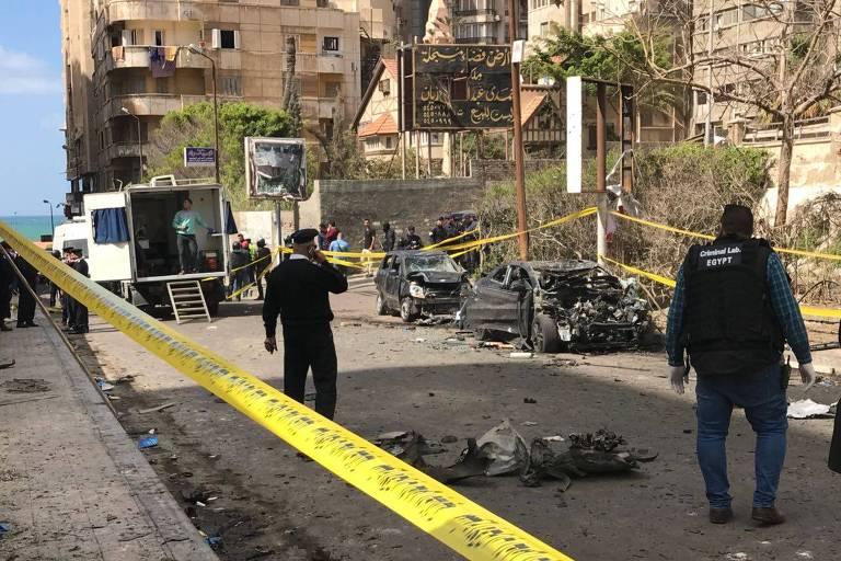 Local da explosão de sábado (24) em Alexandria, no Egito, que matou dois policiais e levou a uma operação contra militantes da Irmandade Muçulmana
