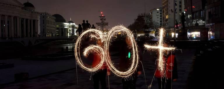 Ativistas da Cruz Vermelha acendem luzes formando o número 60 durante o evento 'hora do planeta' na Macedônia, que ficou no escuro pelo clima